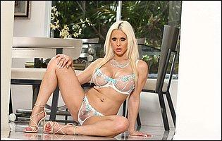 Rachel Roxxx in sexy underwear and heels presents her body