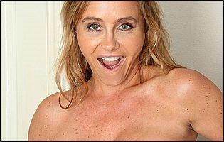 Sexy mature maid Amanda Hills teasing with hot body