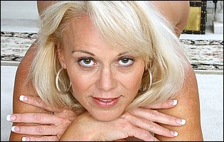 Gorgeous mature mom Veronica loves showing her hot body