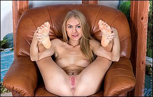 Nancy A spreads her legs and pussy