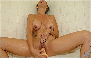 Jenna Covelli fucks her twat with a big dildo in the shower