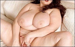 Fat brunette Scarlett Webb strips her lingerie and dildofucks her pussy