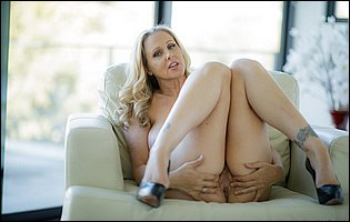 Julia Ann strips her sexy dress and presents awesome body