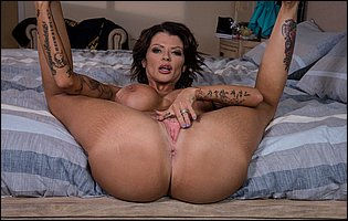 Hot brunette Joslyn James posing nude in bedroom