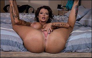 Hot brunette Joslyn James posing nude in bedroom