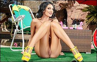 Bikini girl August Ames teasing wth awesome body outdoor