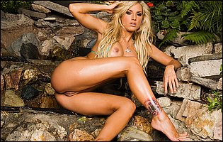 Sexy leggy blonde Teagan Presley takes off her bikini and presents amazing body